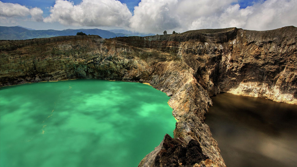The water in Kelimutu lake is changing colors periodically
