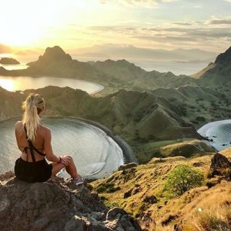 A woman with sporting outfit on top of Padar Island