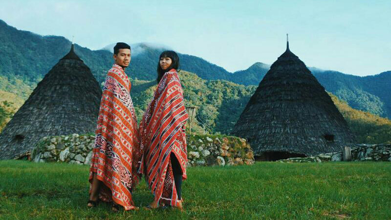 A couple is wearing the Wae Rebo village traditional clothing