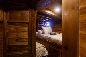 A bedroom in Helena liveaboard with a twin bed