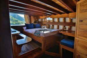The cabin in Tanaka liveaboard provides a bed and a couch for guests