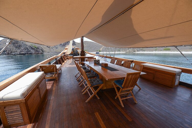 Adhisree liveaboard provide a great outdoor for relax, breakfat, lunch and dinner
