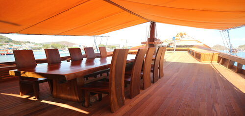Andamari liveaboard provides an outdoor dining area on the deck