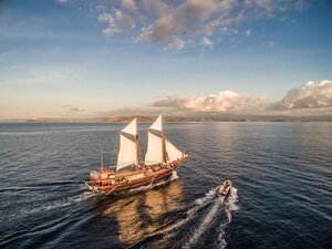 Carpe Diem liveaboard sailing in the ocean on the evening