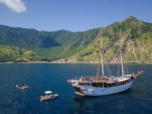Tanaka liveaboard releasing two of its small vessel to explore small islands