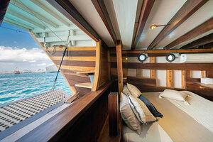 A large open window is installed right behind the bed on Jakare liveaboard to give the guests a magnificent view