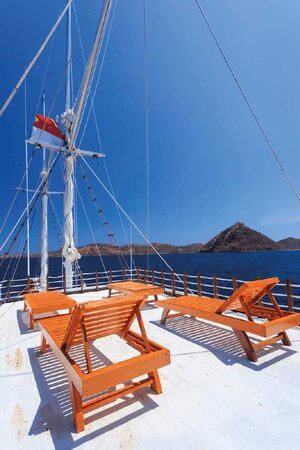 Enjoy sunbathing in the deck of Helena liveaboard