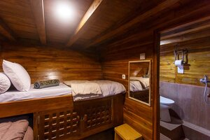 Comfortable cabin in Helena liveaboard with a private bathroom