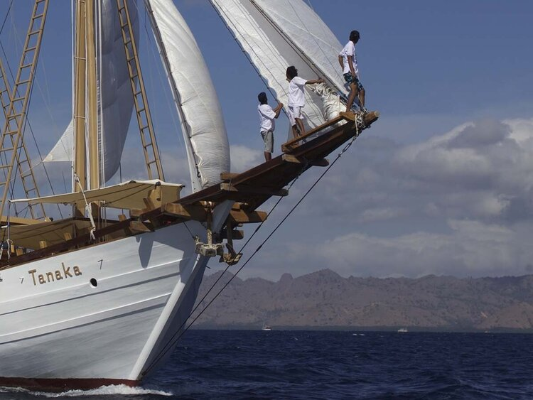 The guests are climbing into Tanaka liveaboard bowsprit to sightsee the horizon
