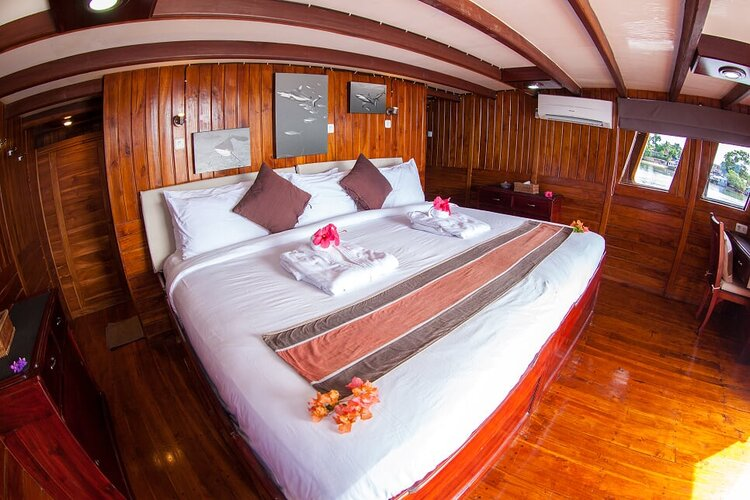A comfortable main bedroom on Damai I liveaboard