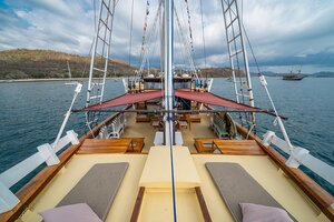 A view of the whole deck of Jakare liveaboard with plenty of relaxing spots for guests