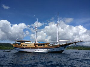 Leyla liveaboard sailing calmly on a cloudy weather