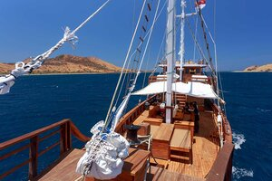 The bow deck of Helena liveaboard