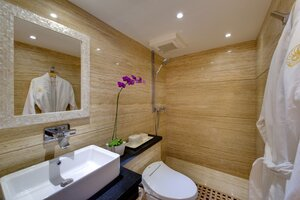 Salila liveaboard offers a nice bathroom with elegant design