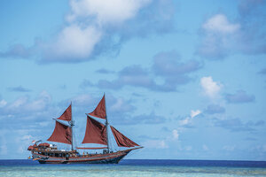 Manta Mae liveaboard taking its guest to a naval journey
