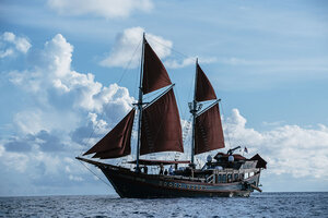 Manta Mae liveaboard is a boat with Phinisi design