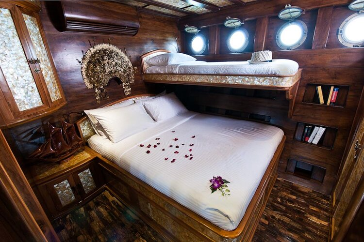 Bedroom with ethnic decorations in Manta Mae liveaboard