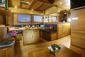 Indoor room and enjoy your breakfast, lunch and dinner - Mantra Liveaboard