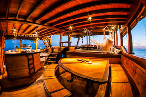 The open bar in Nataraja liveaboard where guests can enjoy a drink
