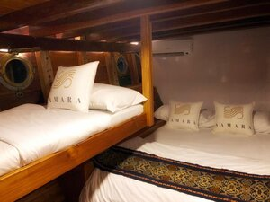Shared bedroom in Samara II liveaboard with multiple beds for a group