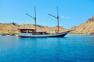 Samara II liveaboard sailing in the ocean