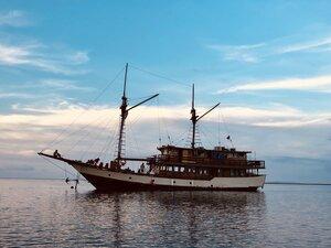 Samara I liveaboard with the sails down