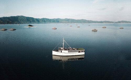 The beautiful Splendour liveaboard exploring the seas