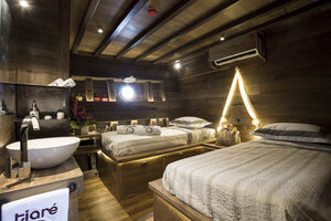 Twin bedroom in Tiare liveaboard for two guests