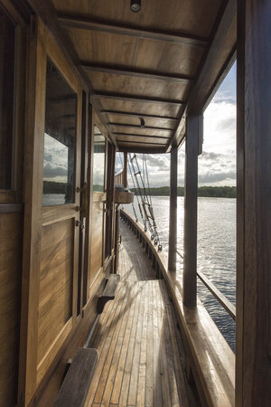 The starboard of Tiare liveaboard is suitable for sightseeing the ocean