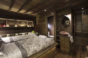 The cabin in Tiare liveaboard have a cupboard and wall cabinet
