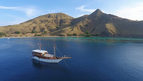 Adhisree liveaboard journey to komodo island and around flores