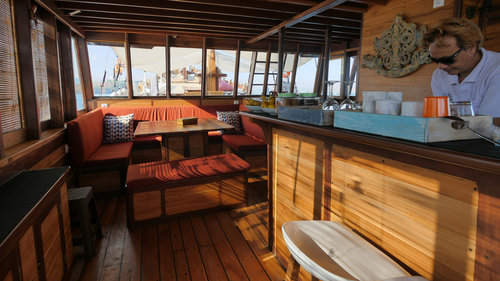 Enjoy Wisesa liveaboard snacks and drinks while chatting in the lounge area