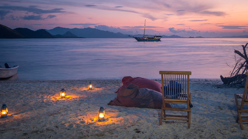 A romantic dinner on the island provided by Wisesa liveaboard