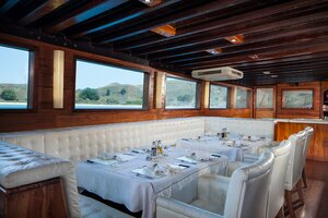 Enjoy the comfort of the dining room in Samata liveaboard