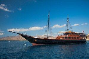 A phinisi samata liveaboard to komodo island