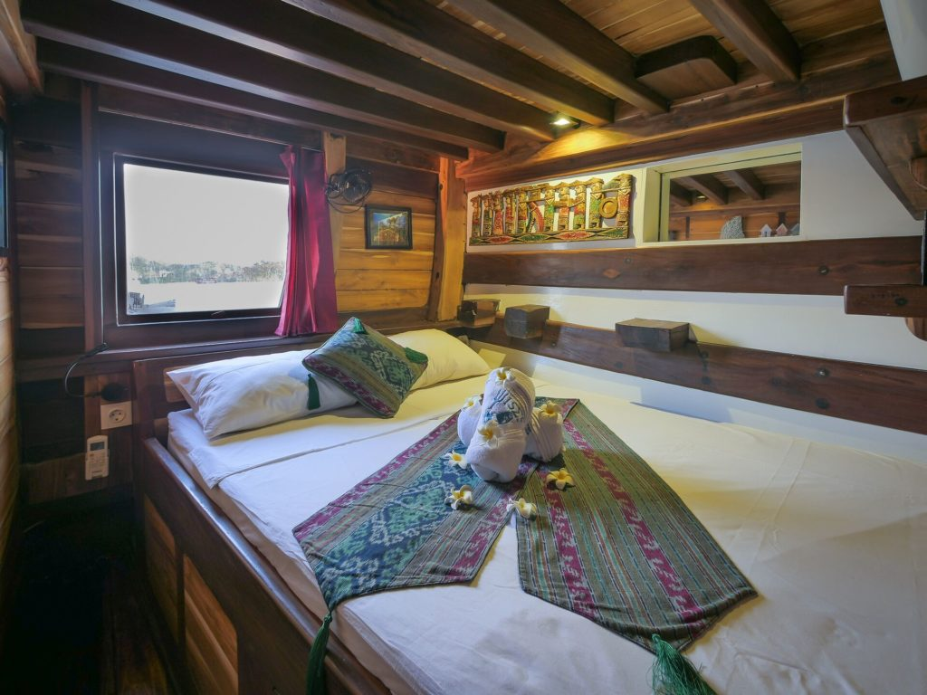 The main bedroom in Wisesa liveaboard with traditional theme