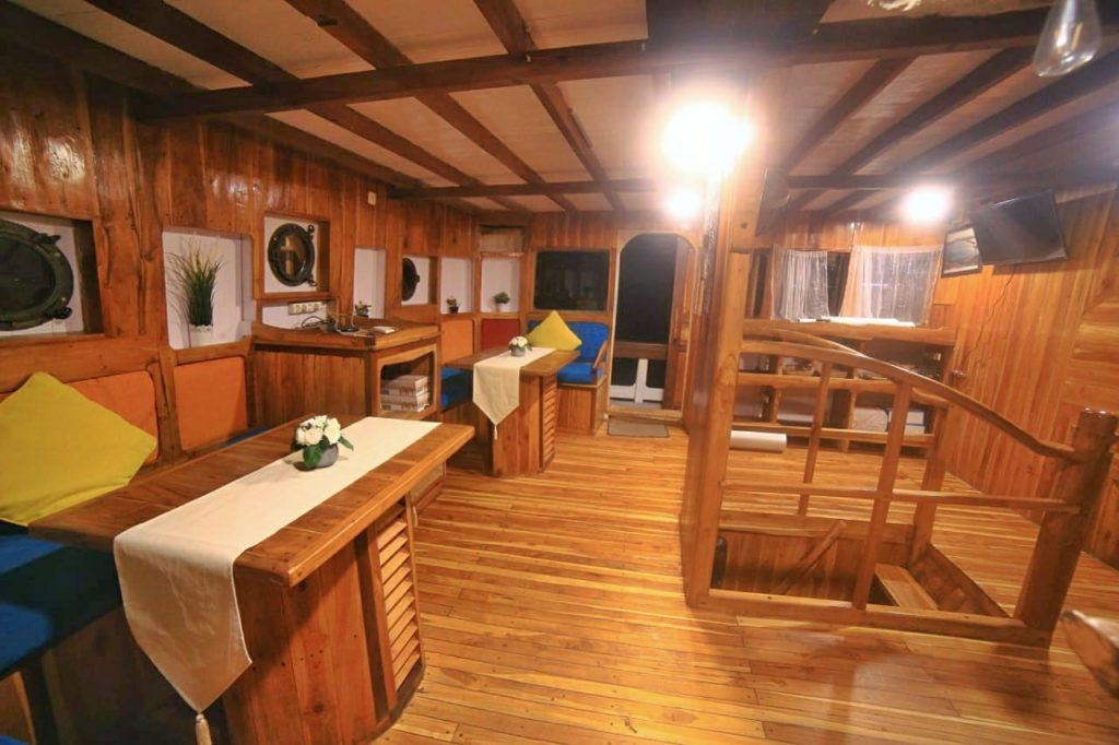 The indoor dining area in Sinar Pagi liveaboard