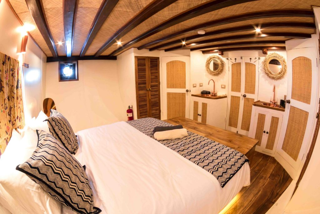 The luxurious master cabin in Magia 2 liveaboard