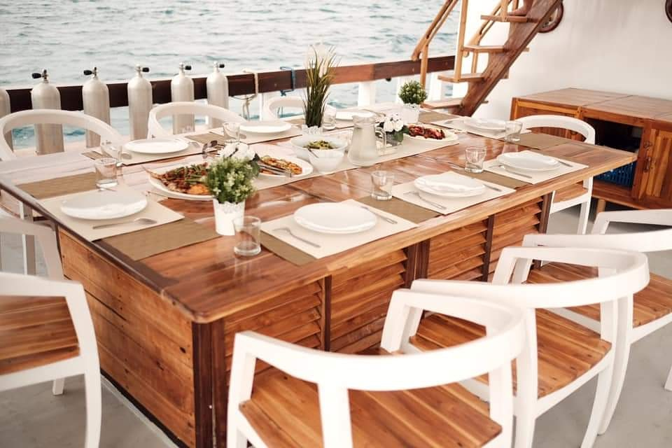 The outdoor dining room in SInar Pagi liveaboard