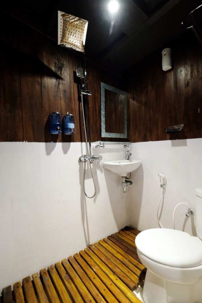 The shower room on Derya liveaboard cabin | Hello Flores