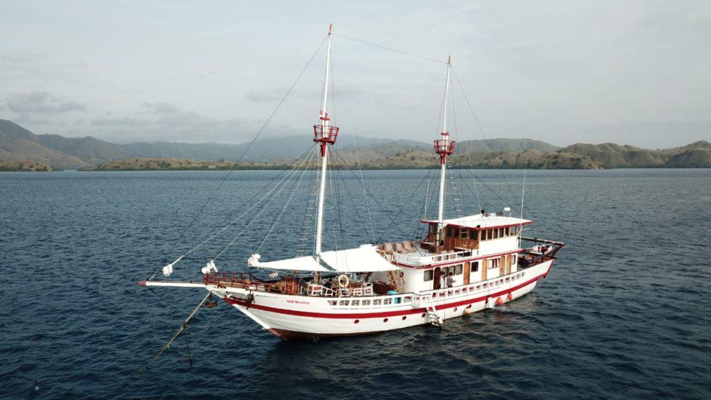 The Sinar Pagi liveaboard on the sea